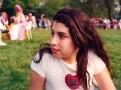 Zamyšlená Amy, ještě pořád vrůžovém, asamozřejmě se symbolem srdce, na letním festivalu její školy.