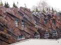 Moderní dostavba nádraží, jen ty kameny jsou umělé, připomínající seriál Flinstounovi