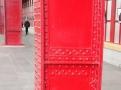 Nástupiště jako galerie, působivé červené sloupy s nýty
