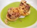 Vykoštěné telecí kolínko s krémem z listového špenátu a bramborovými plackami