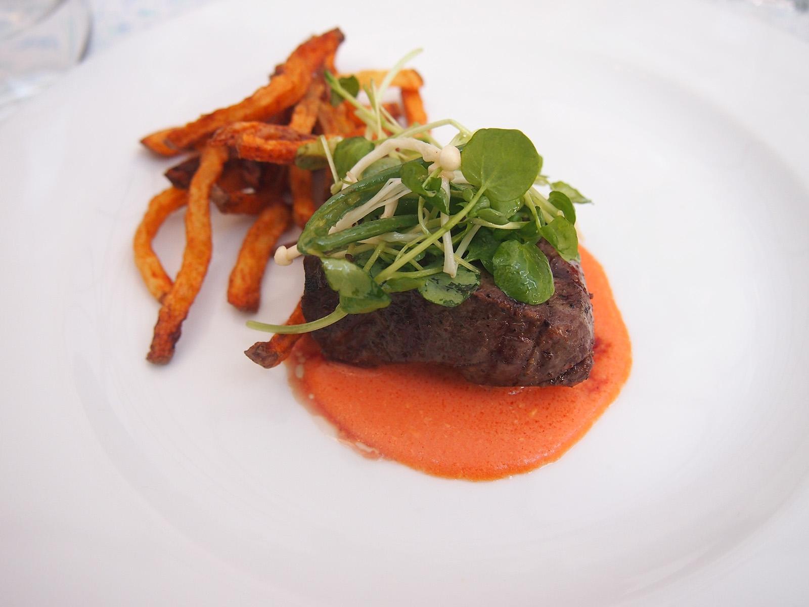 Steak z hovězí loupané pleces omáčkou se zauzených rajčat a domácími hranolkami