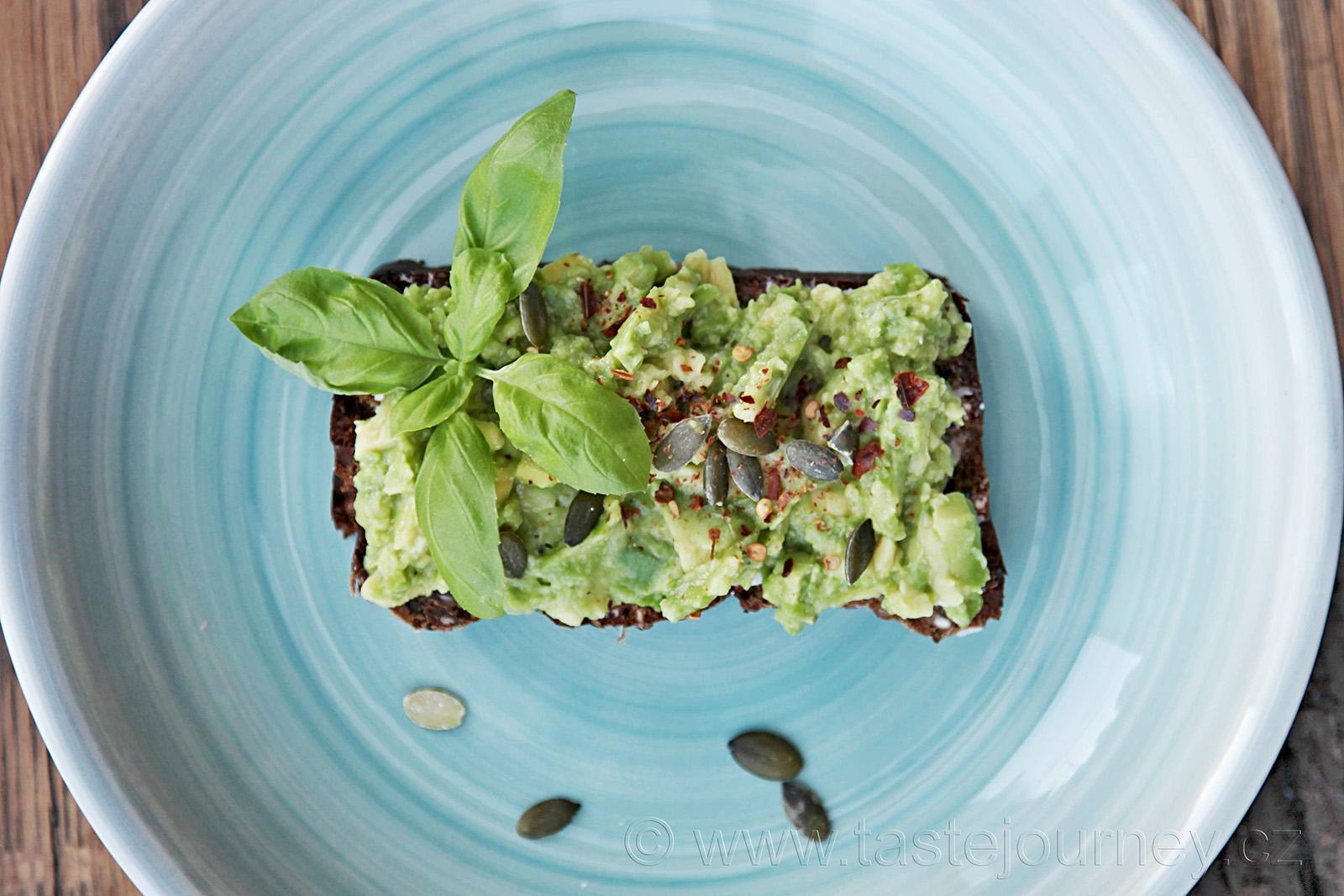 Zdravá snídaně/avokádová pomazánka s chilli a dýňovými semínky