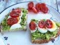 Avokádová pomazánka s vajíčkem a rajčaty
