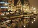 Večerní pohled na Belga Queen (budova uprostřed)