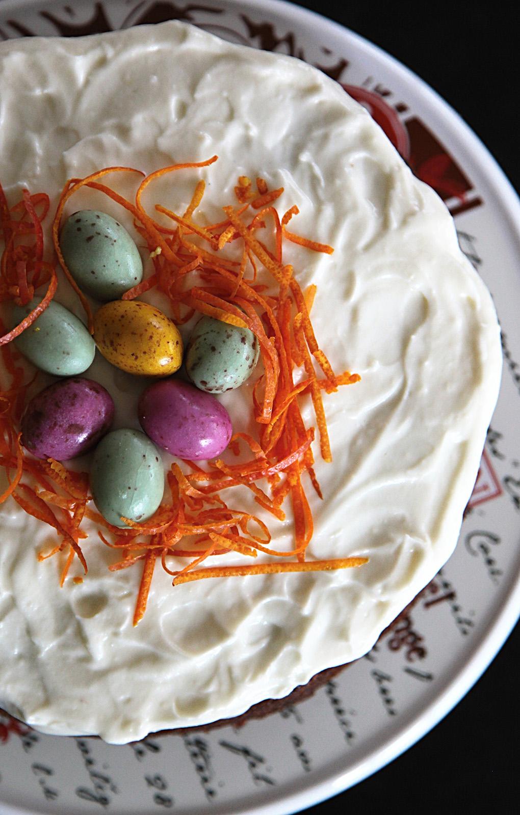 Zdobte pomerančovou kůrou na jemné proužky a vajíčky