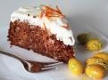 Vláčný mrkvový dort s ořechy ladí s nadýchaným krémem