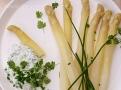 Skvostné chutě chřestu z Hostína s bylinkovým dipem