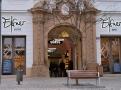 Provoz stojí na pekárně a cukrárně, odtud se zásobuje  denní ELSNER BISTRO s večerním barem, tak BUFET s prodejnou.