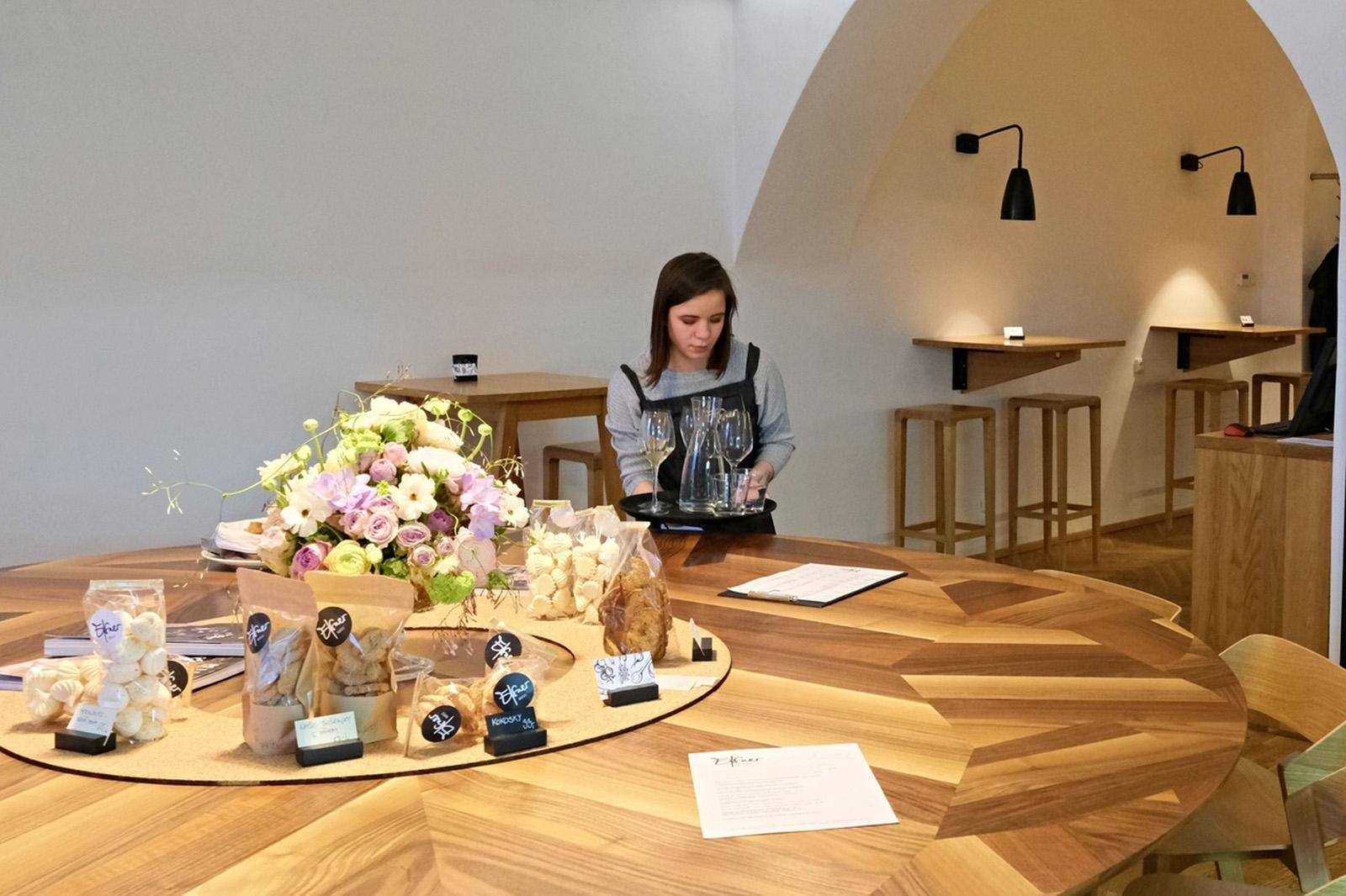 U kulatého stolu  jedí svatebčané ale třeba se potkávají u vína vinaři