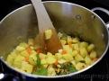 Zeleninu je dobré osmahnout na másle a přidat brambory