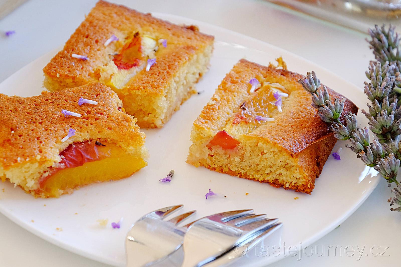 Lahodně hedvábný koláč s broskví a levandulí