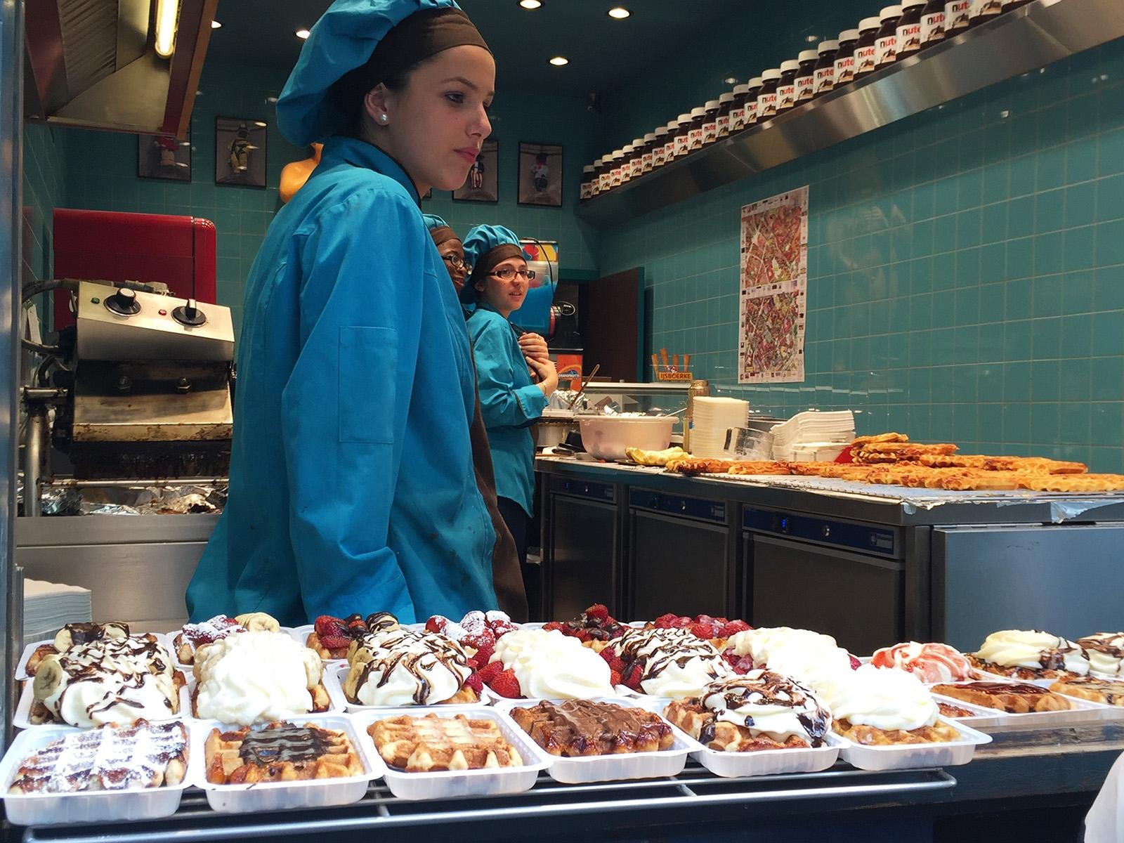 Belgické vafle jsou typickou sladkou pochoutkou na ulici