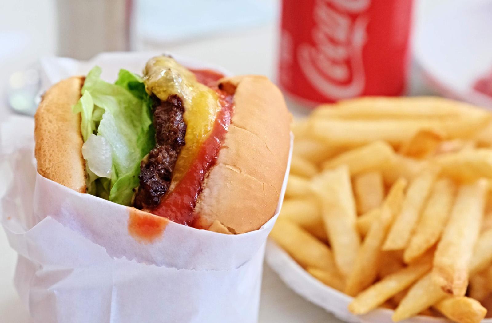 Burger zavání klasikou, ale své dělá vlastní BBQ omáčka, roztavený plátek sýru Tillamook Cheddar, opečená houska, majonéza, naložená okurka a salát