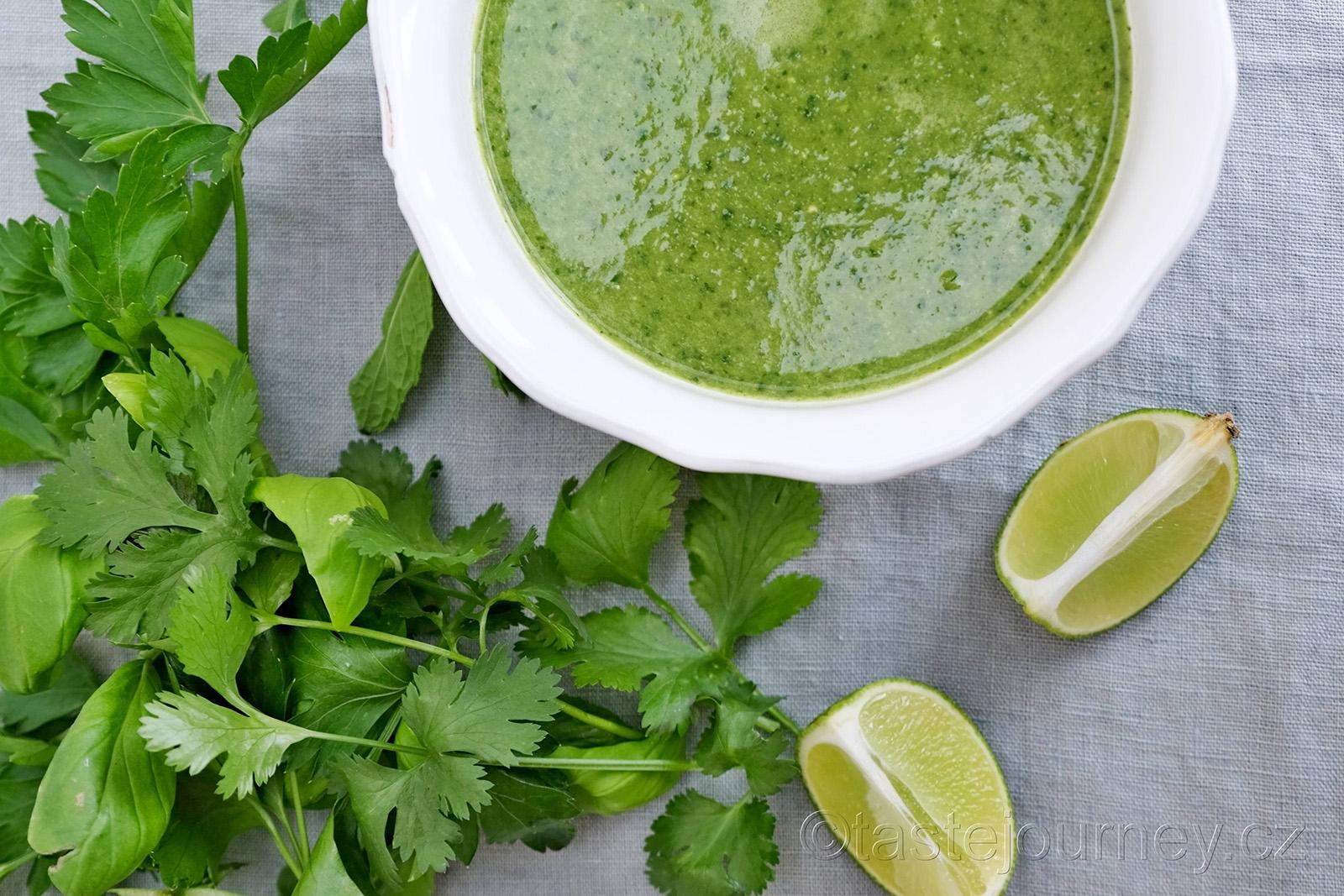 Petržel, bazalka, koriandr a máta patří do této polévky