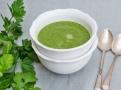Zelená polévka s bylinkami je zásaditá