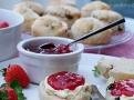 Scones patří k anglickému čaji. S hustou smetanou a jahodovým džemem