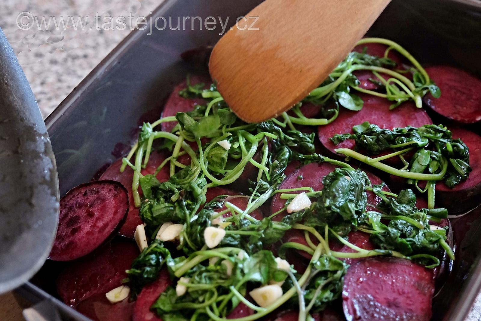 Ke konci pečení přidejte potočnici nebo špenát