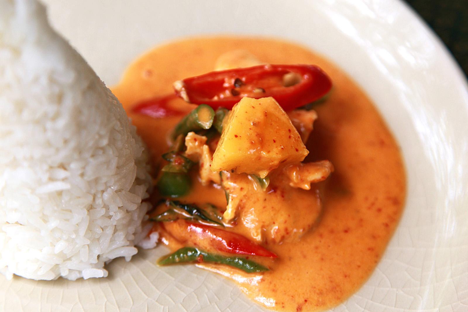 Červené kari se podává s jasmínovou rýží a vždy jen trochu z misky