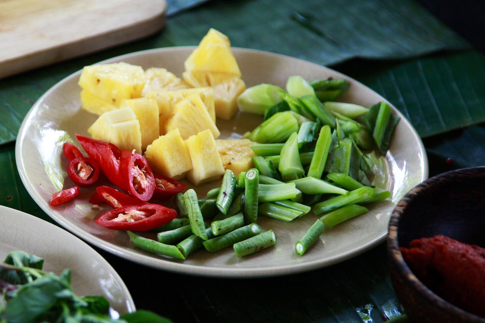 Nezbytné suroviny na červené kari/ pasta, ananas, kadeřávek, fazolky a chilli paprička
