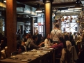 Interiér restaurace Giovanni Ranna je plný měděného nádobí