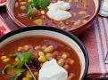 Zakysaná smetana nebo jogurt pro zjemnění chutí a koriandr