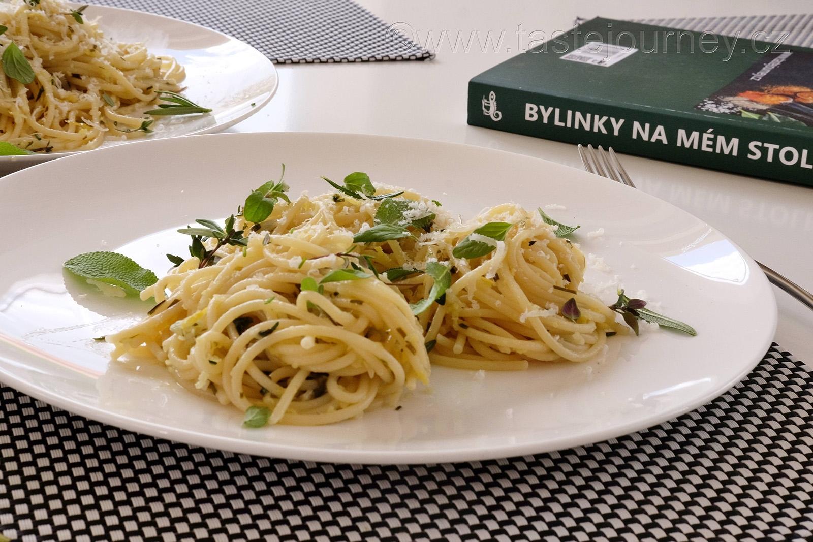 Spaghetti s pěti bylinkami a citrónem
