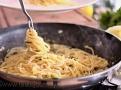 Vše v jedné pánvi, spaghetti nasáknou chuť bylinek a citrónu