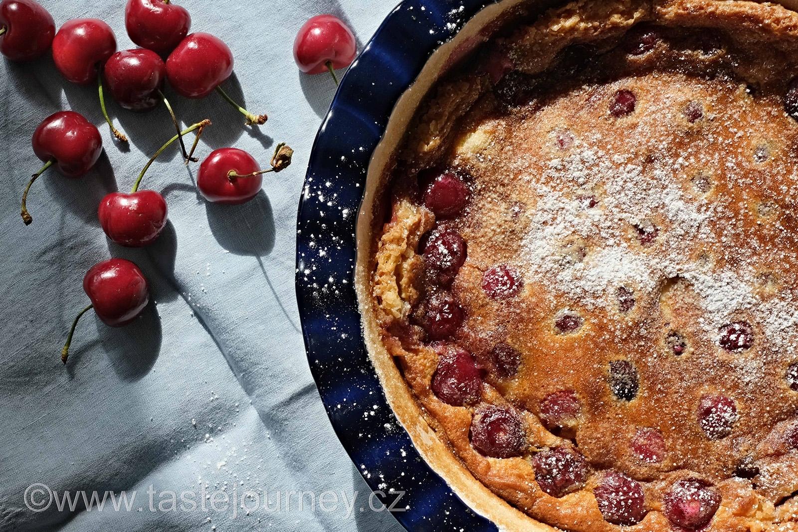 Clafoutis je typicky letní záležitost, nadýchaný, lehounký, spíše připomínající puding anebo nákyp než pravý koláč