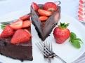 Čokoládový nepečený dort s jahodami krásně za 2 hodiny ztuhne