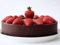 Náplň ganache vévodí tomuto nepečenému dortu