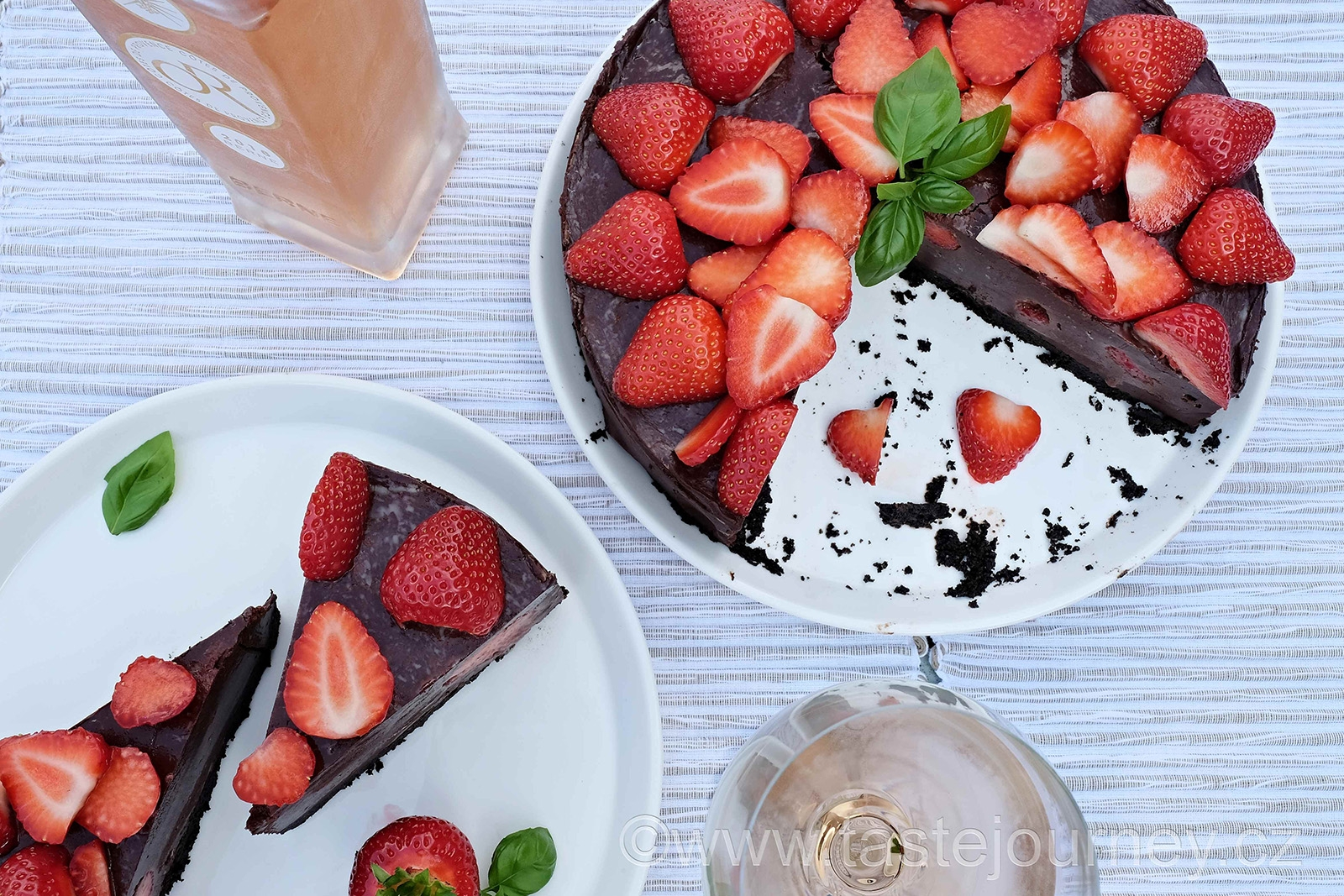 Hříšně čokoládový dort s jahodami