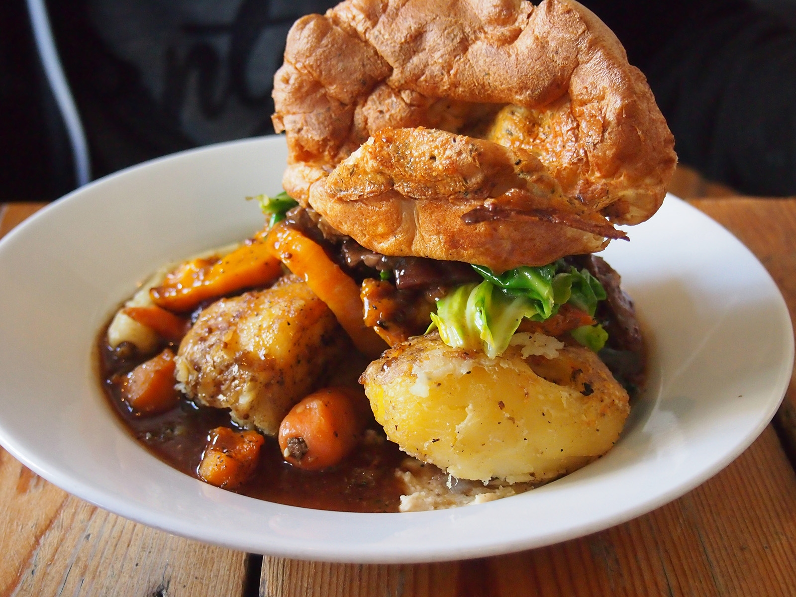 Tradiční Sunday roast s Yorkshire pudink, což je vlastně svítek
