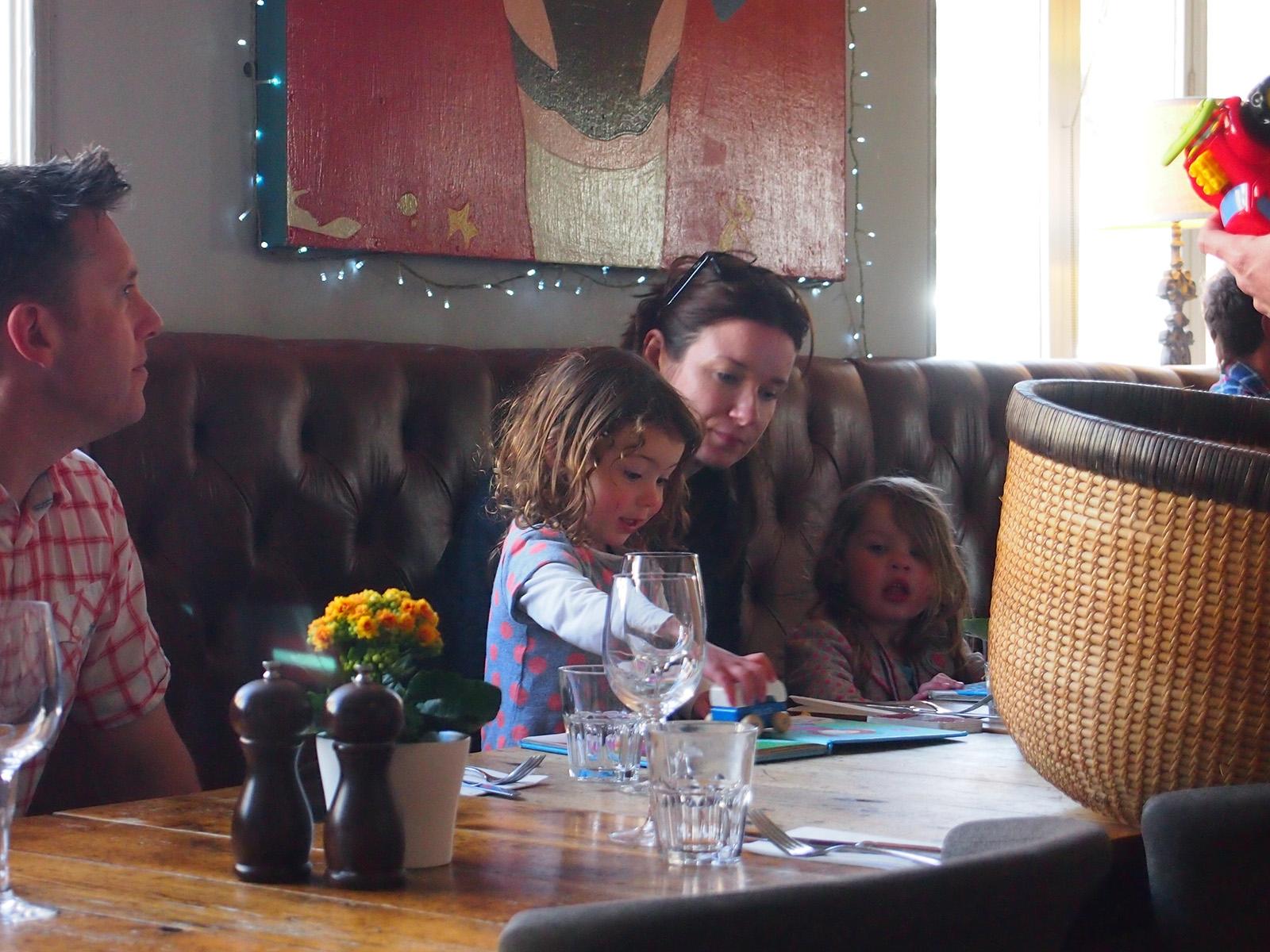 Rodiny s dětmi jsou vítány, ihned je připraven velký koš s hračkami