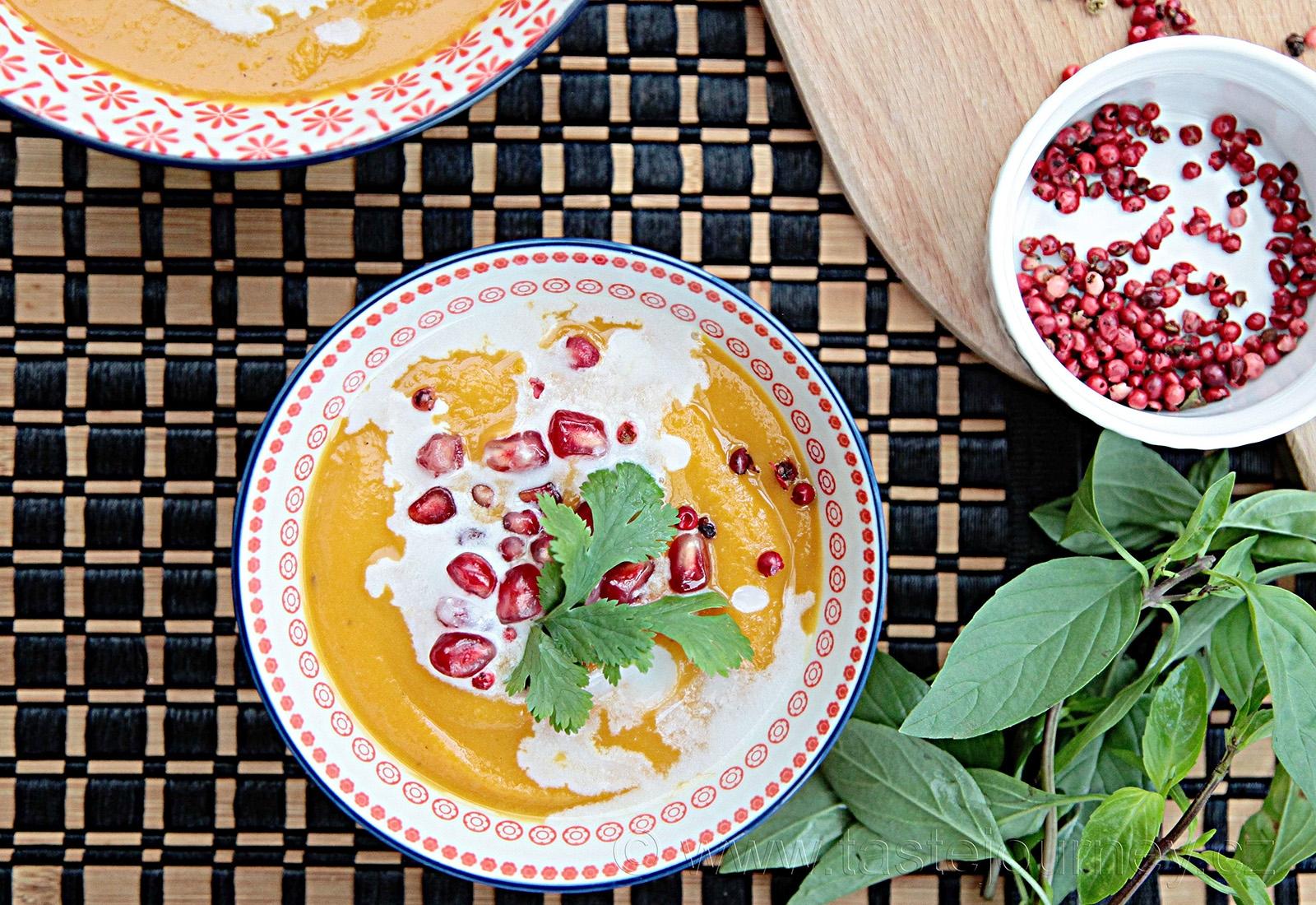 Zdravě a dietně. Polévka z máslové dýně s červeným pepřem