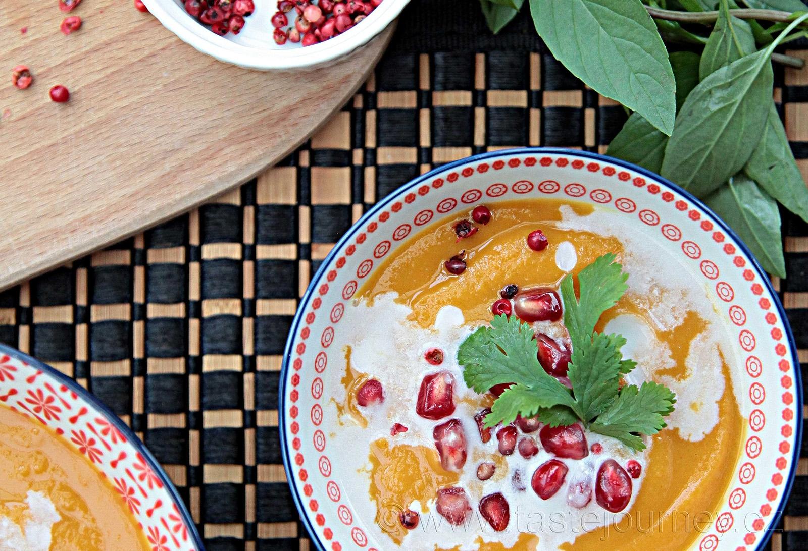 Dietní polévka z máslové dýně s červeným pepřem a granátovým jablkem