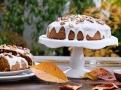 Povrch dortu potřete cirónovou polevou a posypte pistáciemi