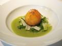 Obalené smažené vejce a nastrouhaný zelený chřest jako předkrm