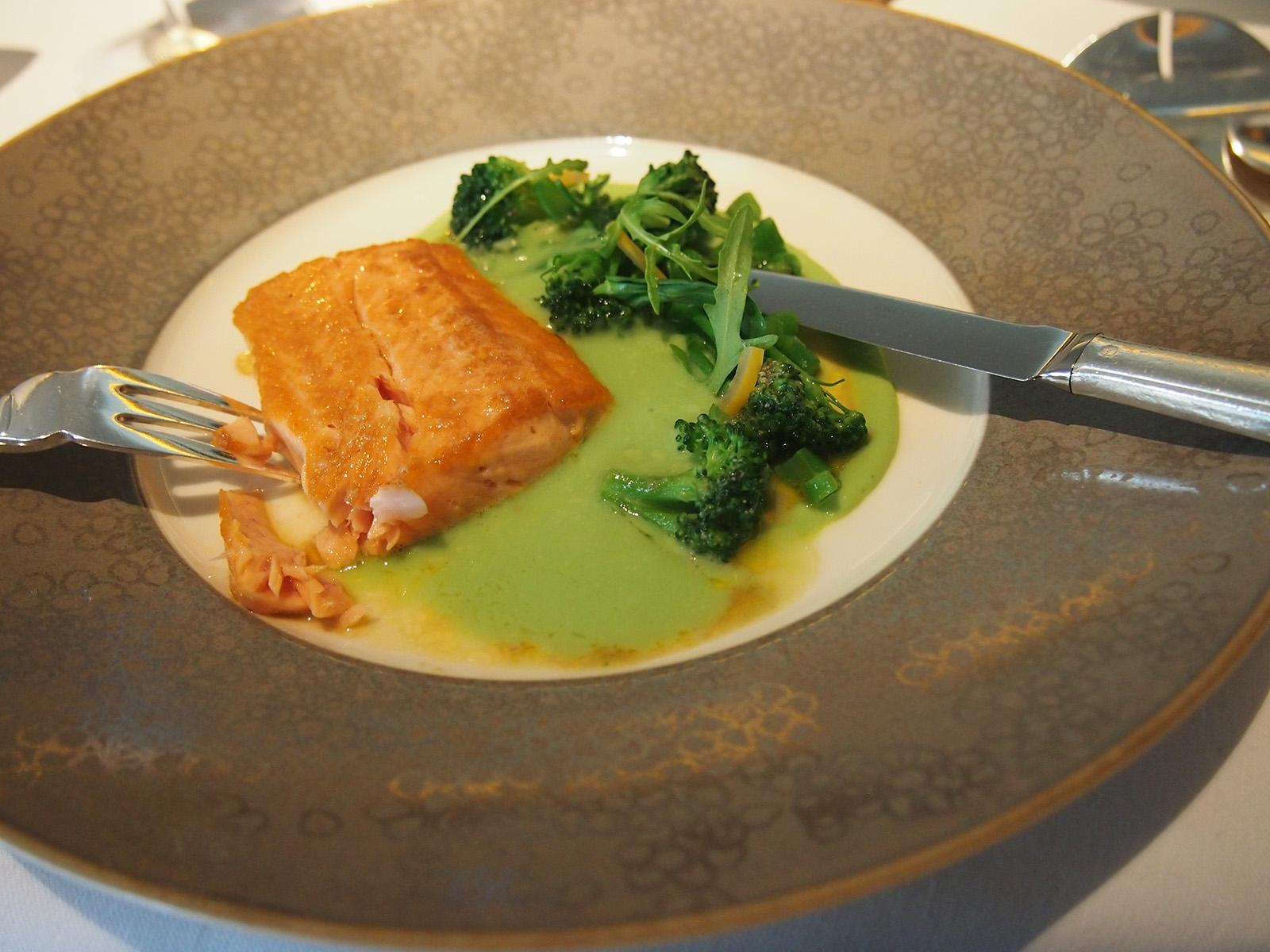 Arctic char - siven severní s brokolicí a zeleninovou omáčkou