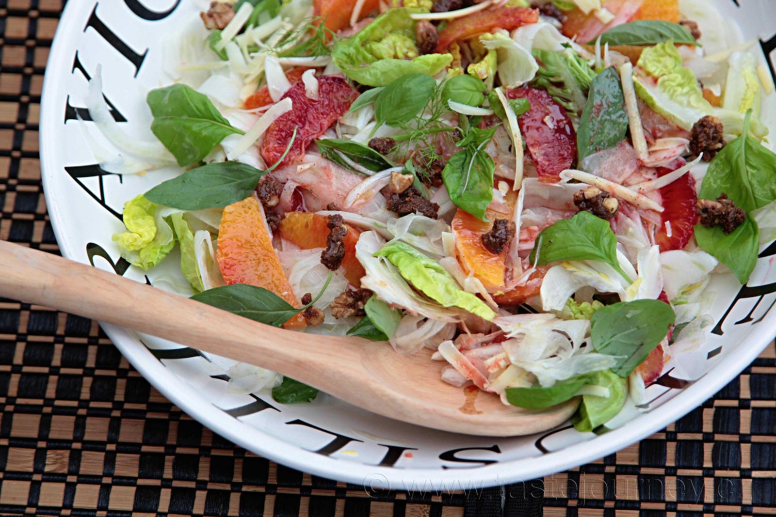 Salát z fenyklu, červených pomerančů, vlašských ořechů a bylinek