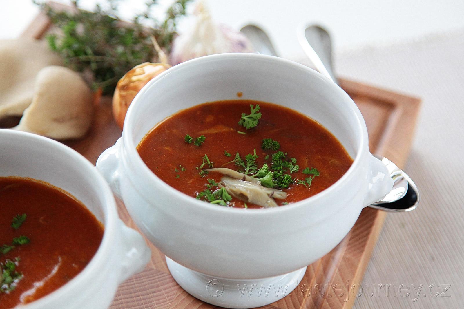 Polévku z hlívy ústřičné ozdobte čerstvou majoránkou nebo petrželkou