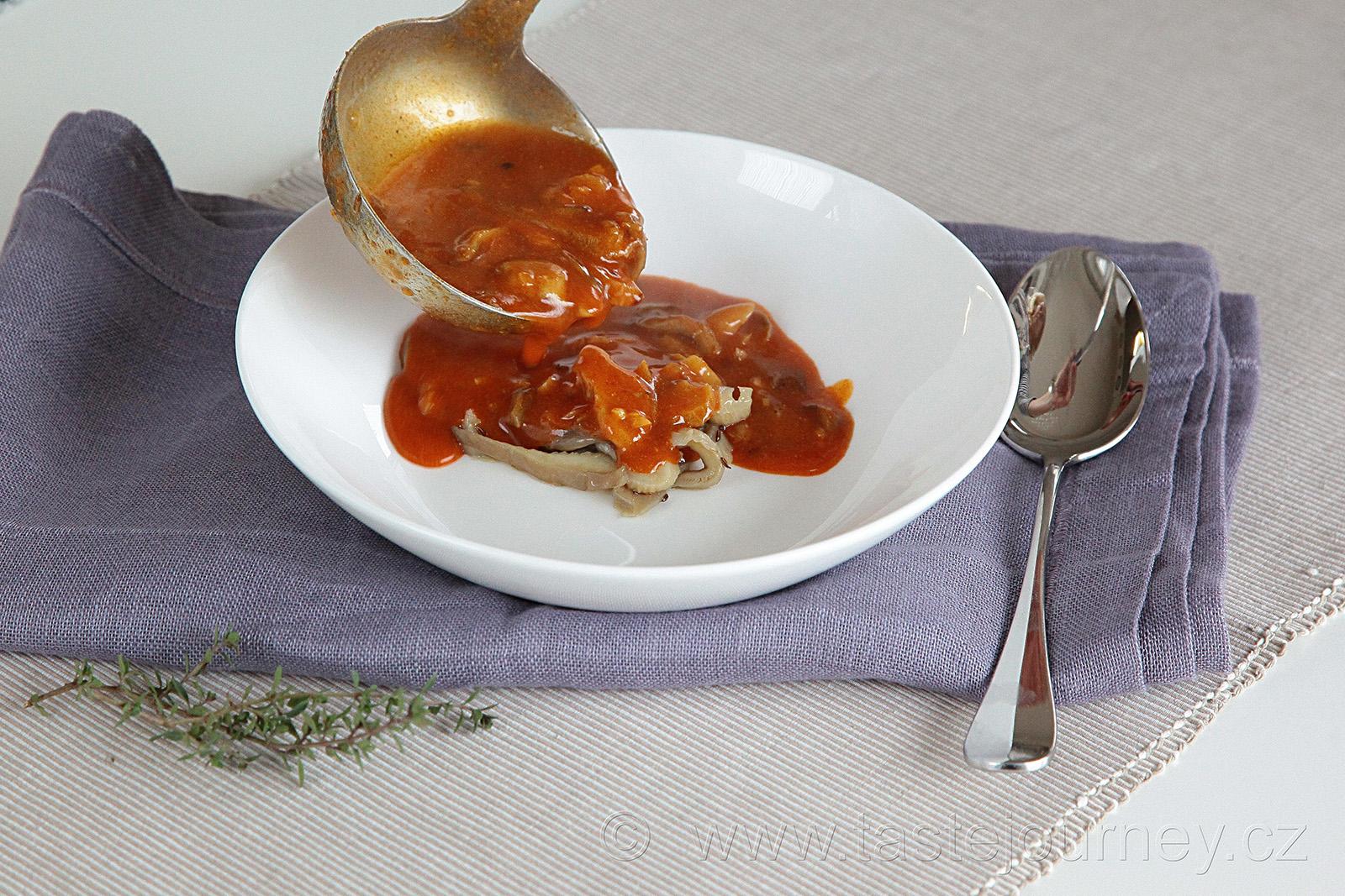 Pár osmahnutých kousků hlívy nejdříve dejte na talíř, pak zalévejte polévkou