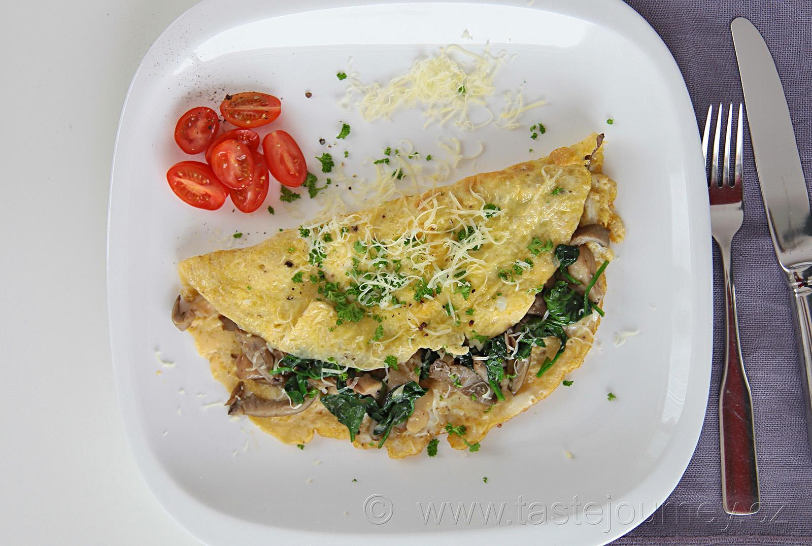 Omeletu plněnou hlívou a špenátem posypte parmazánem