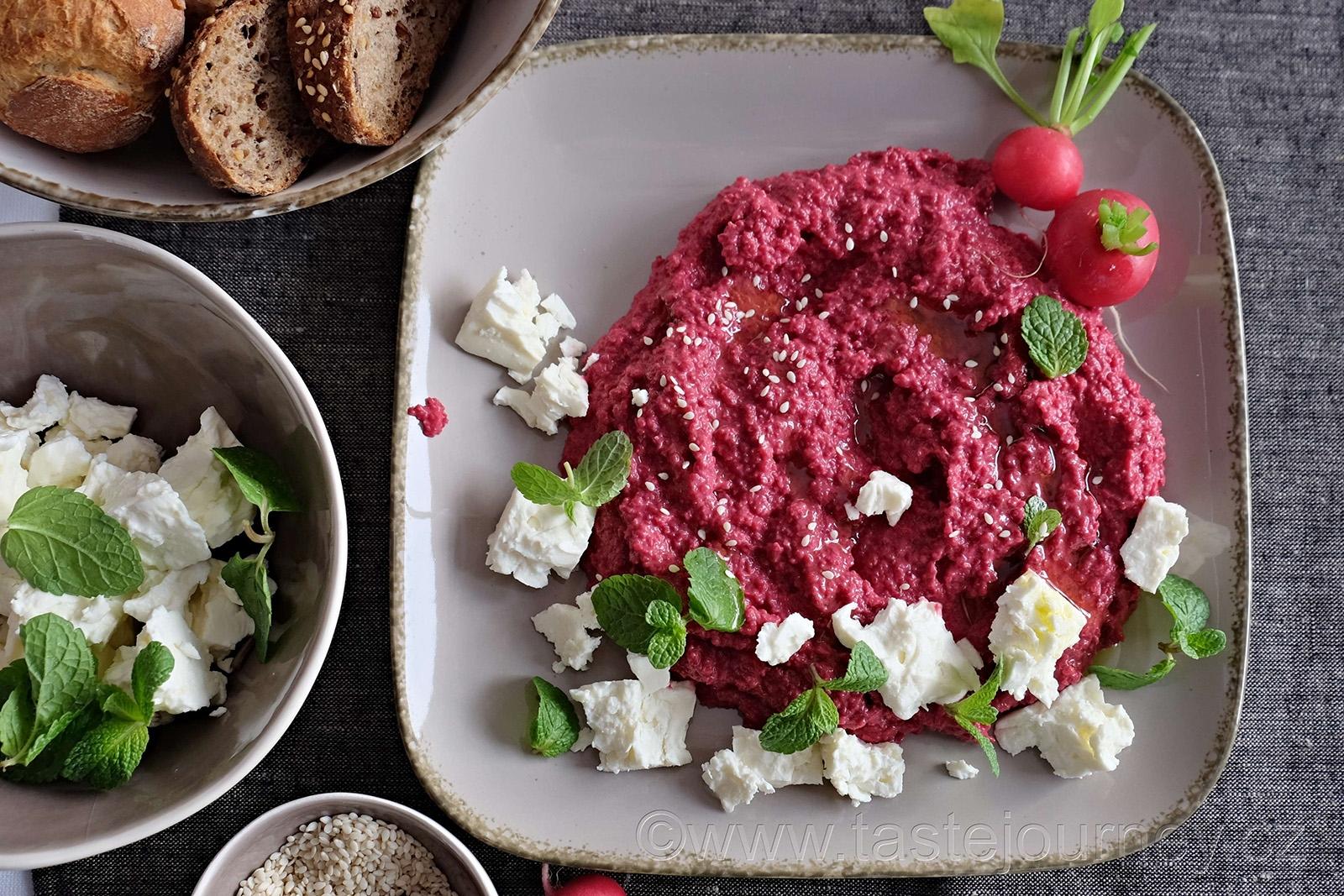 Hummus může mít mnoho příchutí, třeba červenou řepu