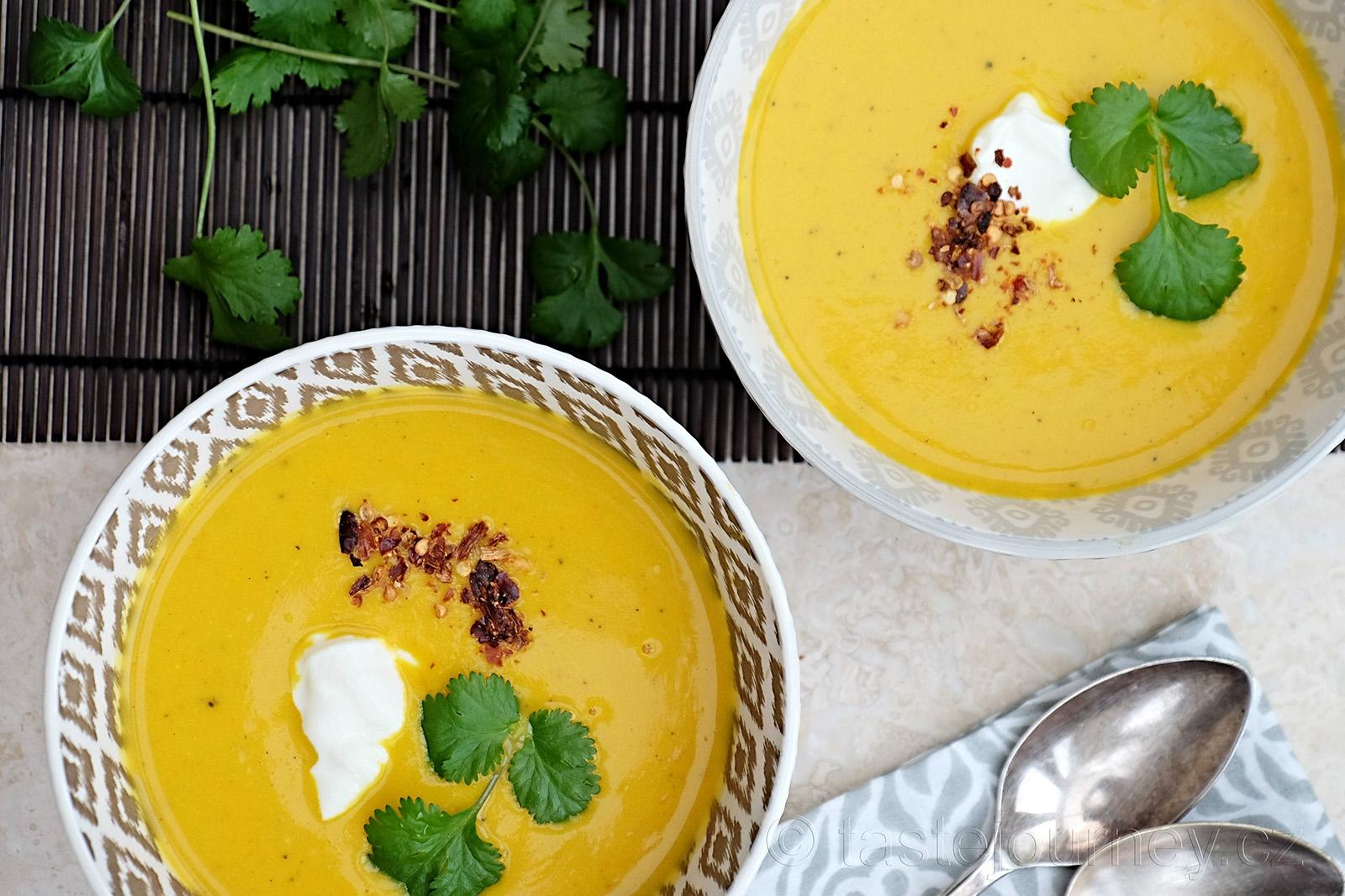 Indická dýňová polévka s kurkumou a zázvorem s chilli