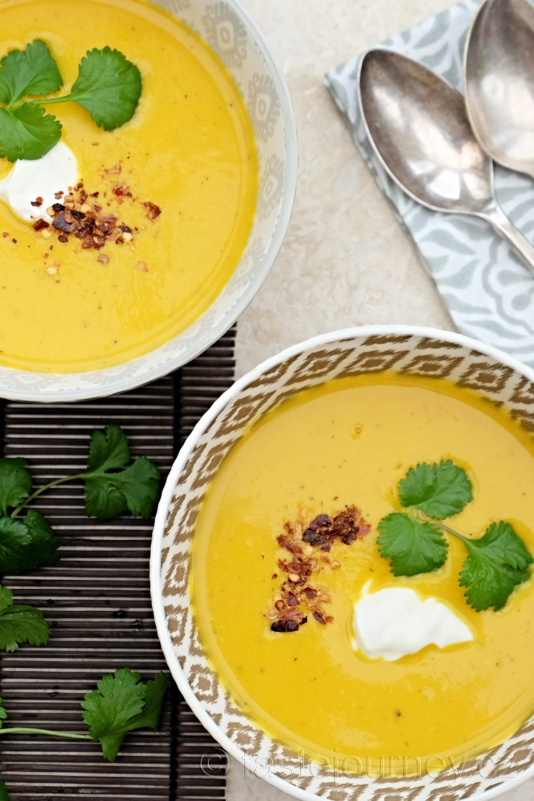 Žlutou barvu získala polévka přidáním prášku kurkumy
