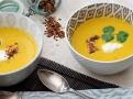 Polévku zjemníme bílým jogurtem a zdobíme koriandrem