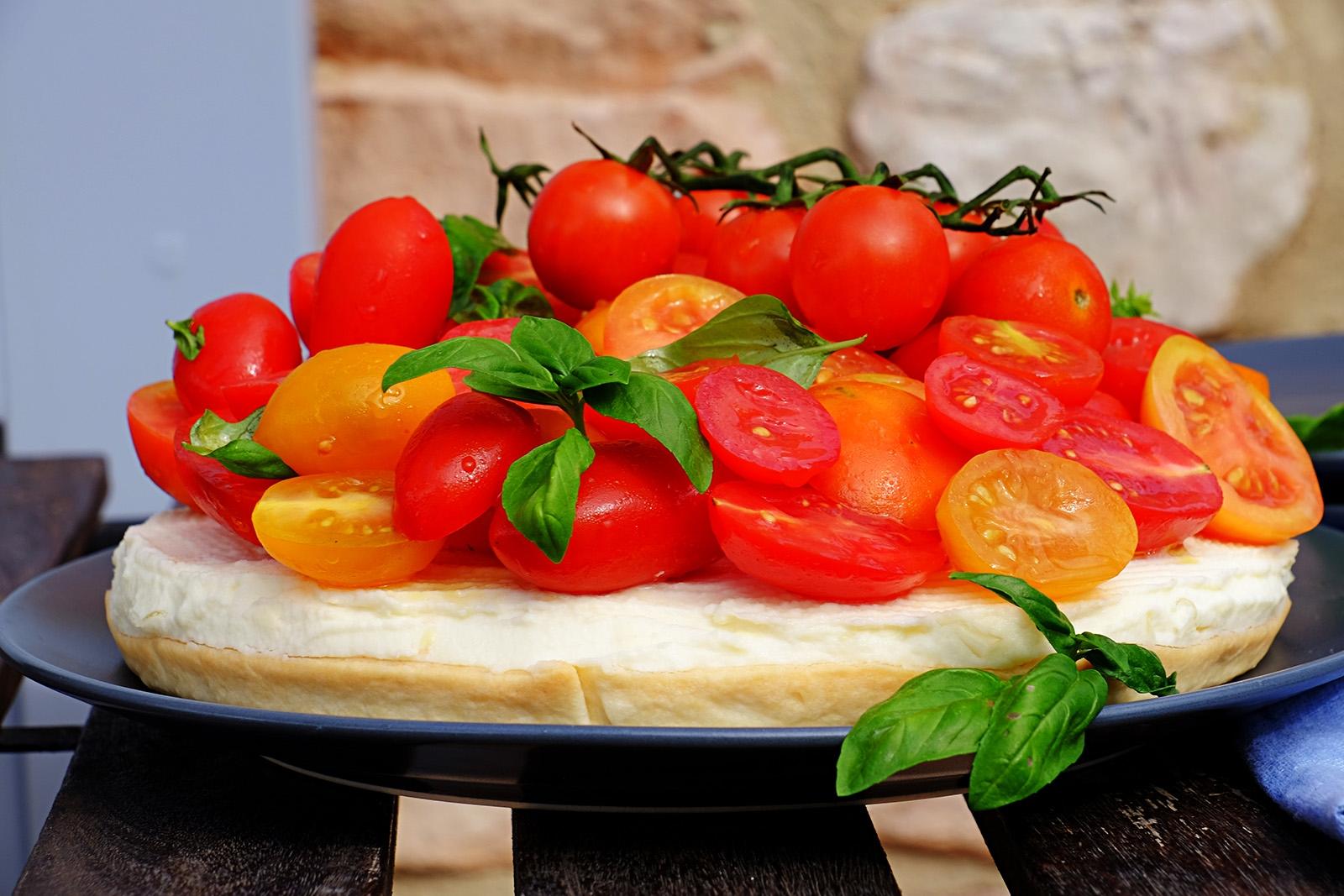 Čerstvost rajčat především vévodí slanému cheesecaku