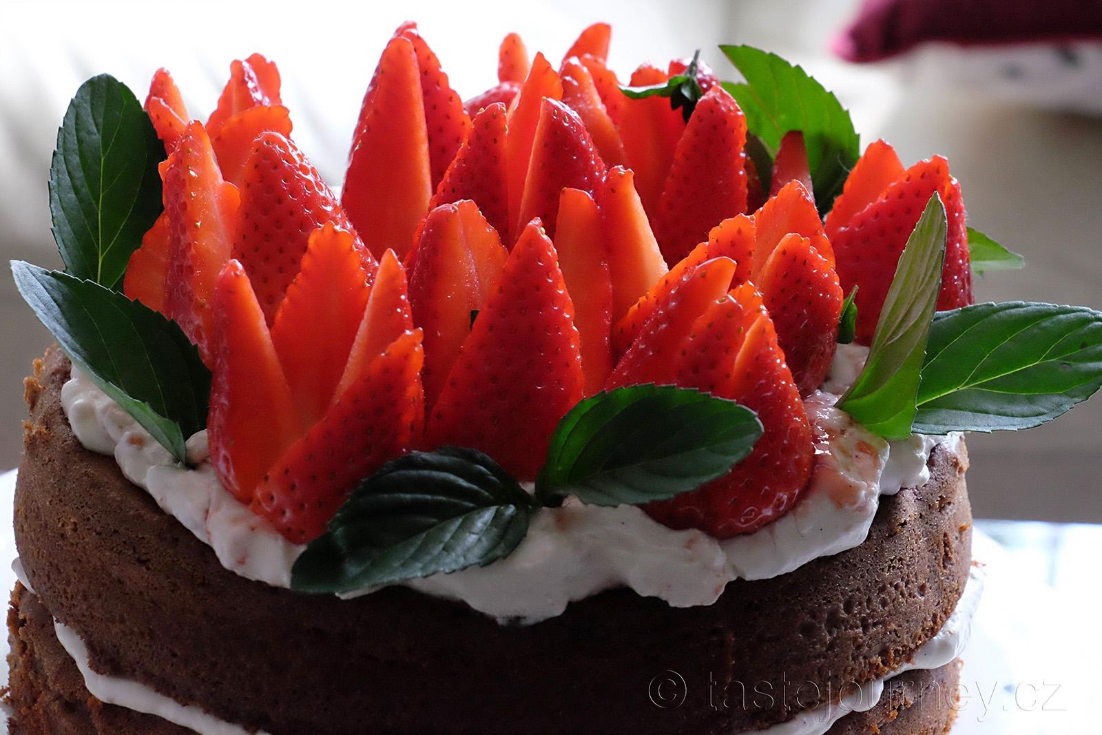Jahodová sezóna v Británii láká upéct jahodový dort