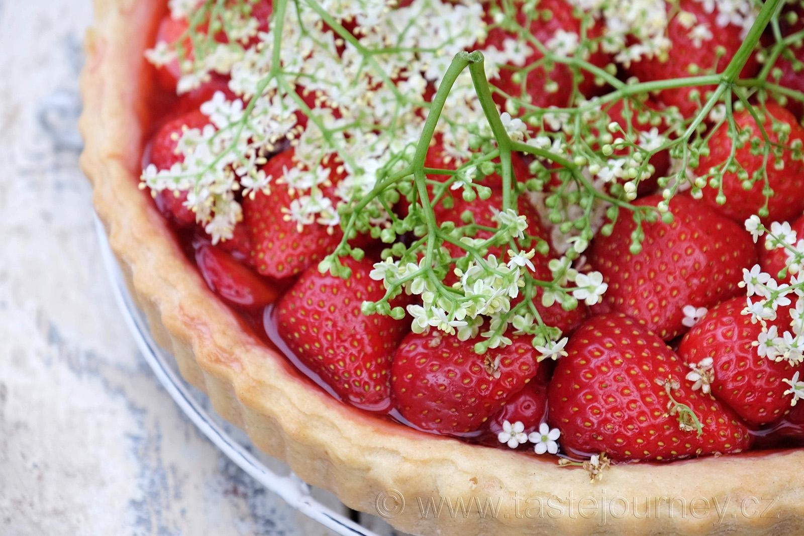 Křehké sladké těsto s jahodami a bezinkami tvoří dokonalé spojení