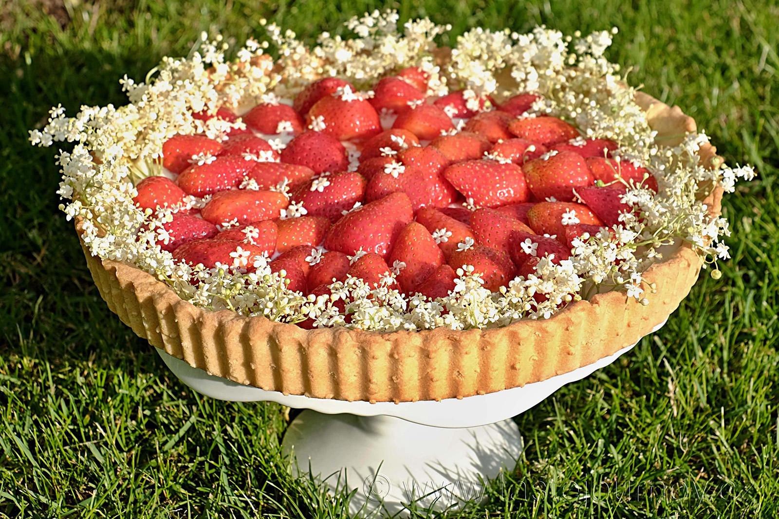 Jahodový koláč s tvarohem a bezinkami
